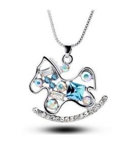 Kék kristályokkal díszített hintaló nyaklánc