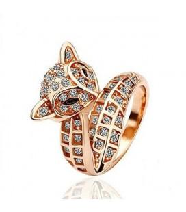 Különleges formájú, rókát mintázó gyűrű apró kristályokkal kirakva.