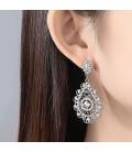 Csipkevirág alkalmi fülbevaló kristályokkal díszítve